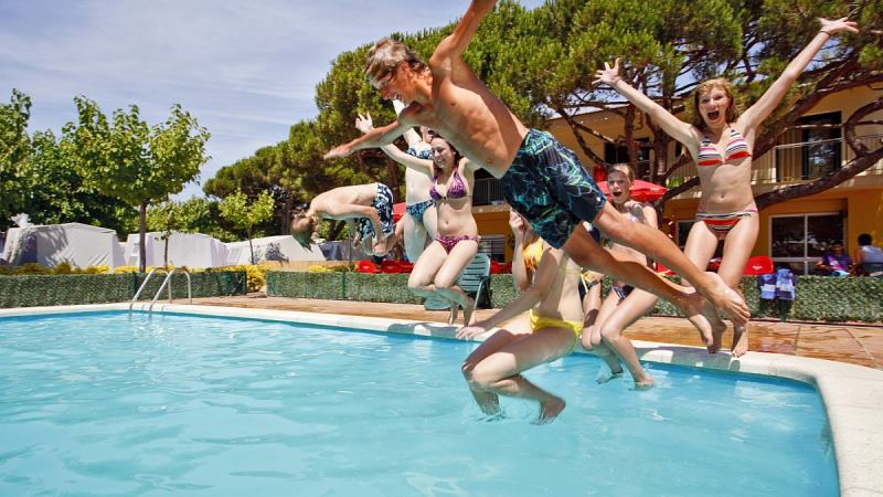 Party und Fun am Pool mit Freebird-Reisen in Spanien
